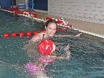 Brustschwimmen mit Hilfe