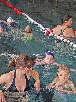 Brustschwimmen vormachen